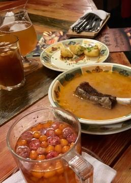 Sauerkrautsuppe mit Schweinerippchen